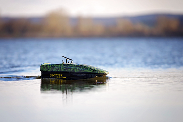 A halradaros Spotter Capture etetőhajó oldalról.