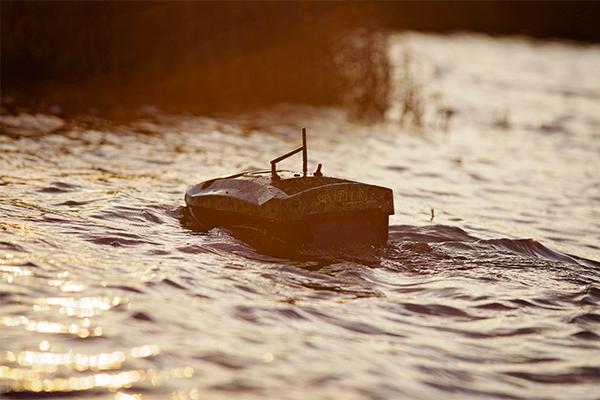 A halrados Spotter Capture etetőhajó a naplementében dacol a hullámokkal.