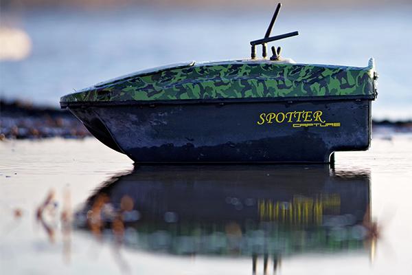 A vízen türkrözödő halradaros Spotter Capture etetőhajó.